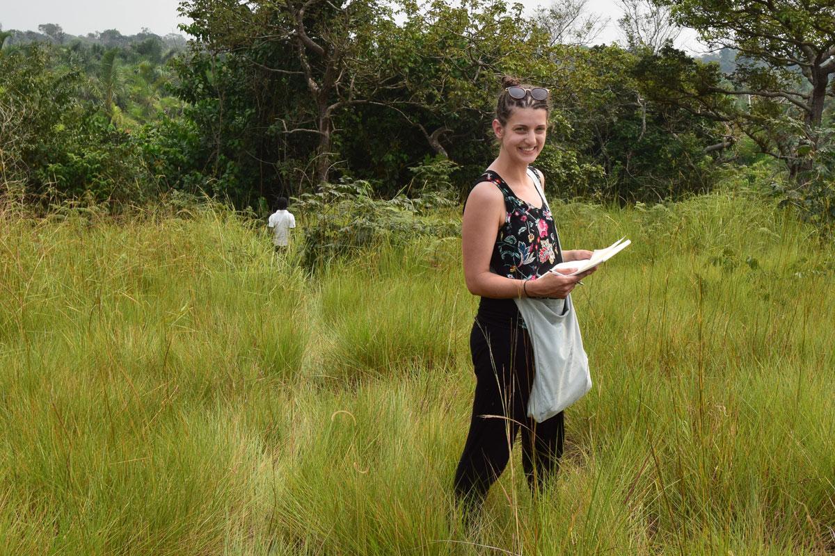 Carmen Egger beim Skizzieren des neuen Grundstücks